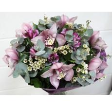 Букет из орхидеи цимбидиум, альстромерии, восковника, эвкалипта, зелени в натуральной упаковке с лентами