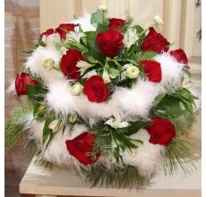 Большой букет на флористическом каркасе из иск. меха. Состав: красные розы, альстромерия, ранункулюсы, пихта, салал, кедр, ленты. Диаметр от 60 см.