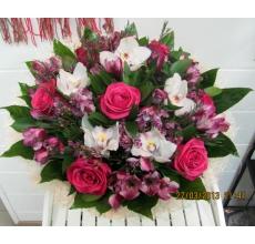 Большой букет из малиновых роз, орхидей, альстромерии, восковника, экзотической зелени в натуральной упаковке из сизаля с лентой.