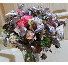 Букет на транспарентном каркасе из цветов протеи, шишек, эвкалипта, коры. Цветочный состав: розы, альстромерия, скиммия, кустовая хризантема, зелень, атласная лента.