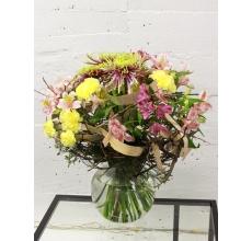 Пышный транспарентный букет на каркасе из бересты с альстромерией, гвоздикой, одноголовой сортовой хризантемой, зеленью и лентами.