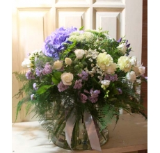 Большой пышный пушистый букет с голубой гортензией, агапантусом, белой ароматной фрезией, кустовой розой, фисташковой гвоздикой, лимониумом, статицей, альстромерией, фисташкой, аспарагусом с атласной и цветной кружевной лентой.