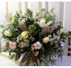 Большой ароматный букет из коробочек хлопка, белых роз сорта мондиаль, веток скиммии, восковника, кортадерии, туи с флористической лентой в связке.