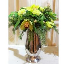 Новогодний букет из веток пихты, зеленой орхидеи, фисташковой гвоздики, альстромерии, салала с акцентом из зеркального шарика.